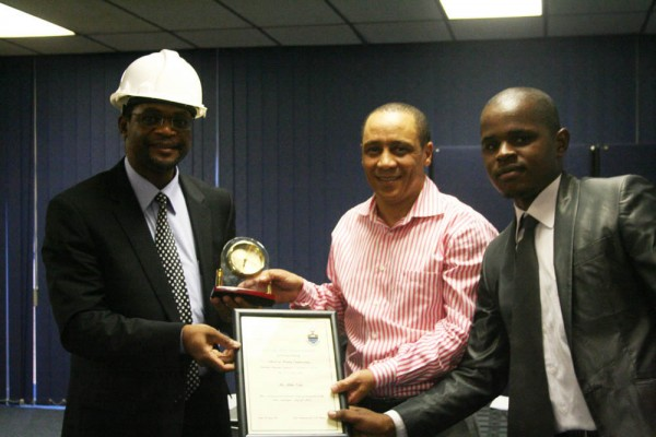 Senior lecturer Dr. Cuthbert Musingwini and Makete Thema Chairman of the Students Mining Engineering Society, handed the Mike Teke (centre) Optimum Coal CEO a certificate and token of appreciation for his support for students in the mining engineering field.