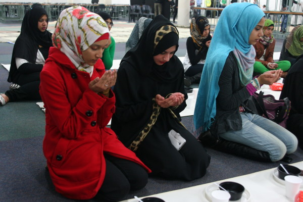 Students praying before they break fast.            Photo: Caro Malherbe