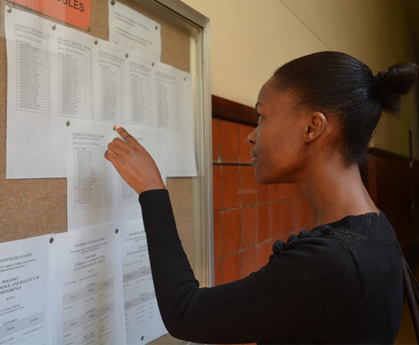 NOTICE BORED[OM]: Thobekile  Nkosi, 3rd year BA reads the notice boards to get an update on her marks before she had to rush to her next class.                                                                                                                                      Photo: Rofhiwa Madzena