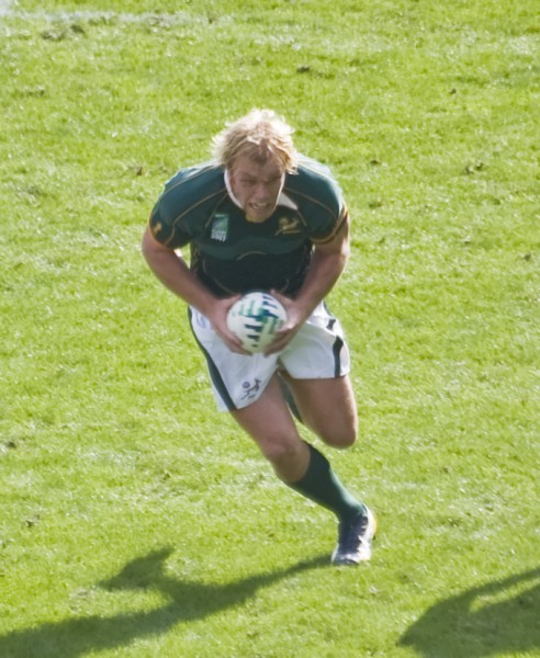 Schalk Burger running toward the try-line in a match against Samoa during the 2007 Rugby World Cup. Photo: derivative work: Anrie (talk), via Wiki Commons