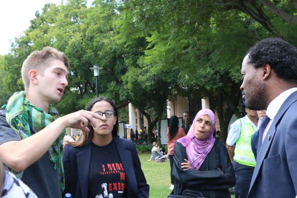 Students and members of the Palestine Solidarity Committee (PSC) and Deputy Vice Chancellor Prof Zeblon Vilakazi discussing the removal of the Palestine exhibit on the library lawns on Tuesday.  Photo:Yeshiel Panchia