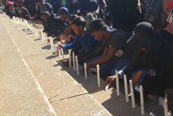 ROBALANG KA KGOTSO: Students light candles in memory of the Wits7 Photo: Nozipho Mpanza