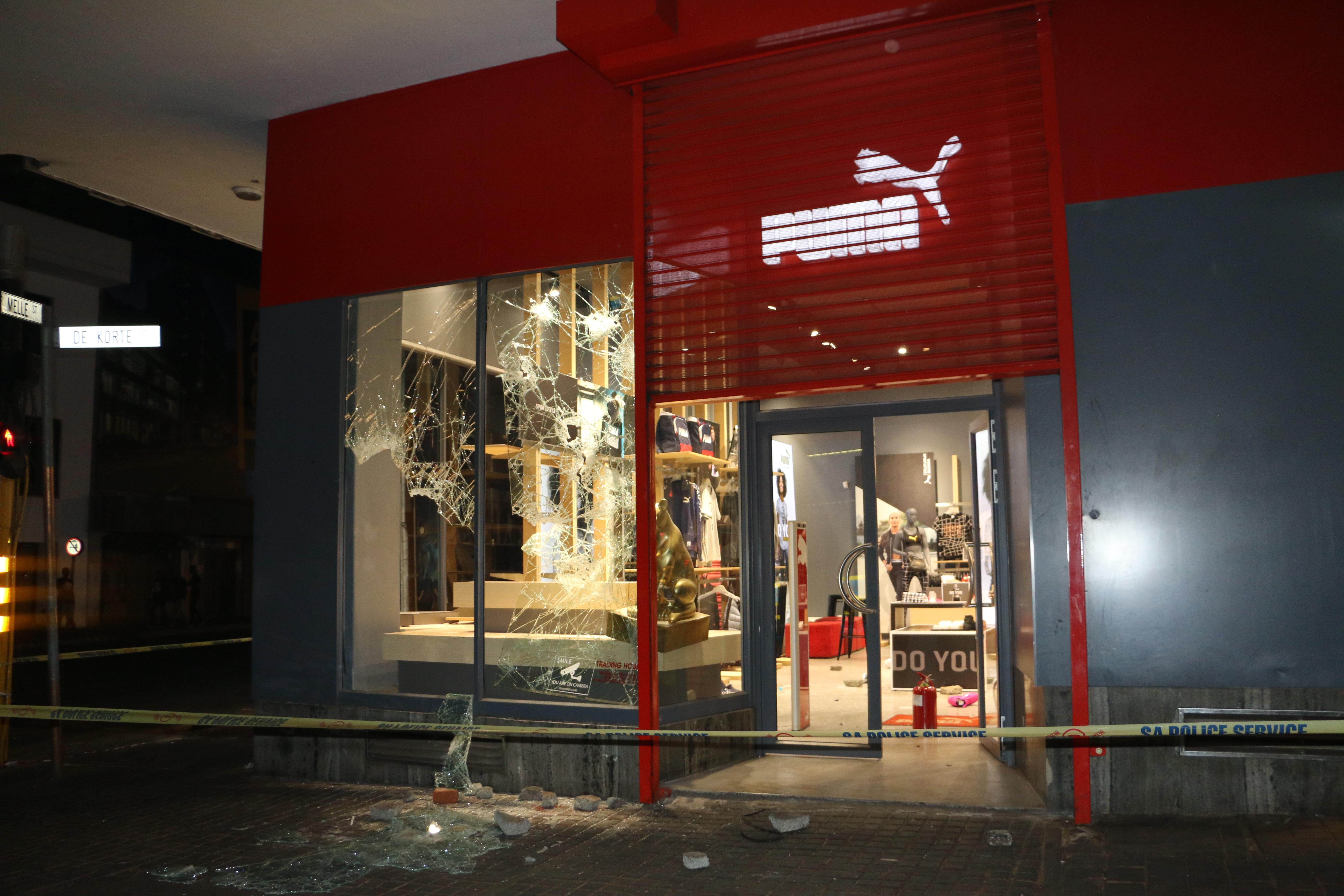 Braamies loot Puma Store