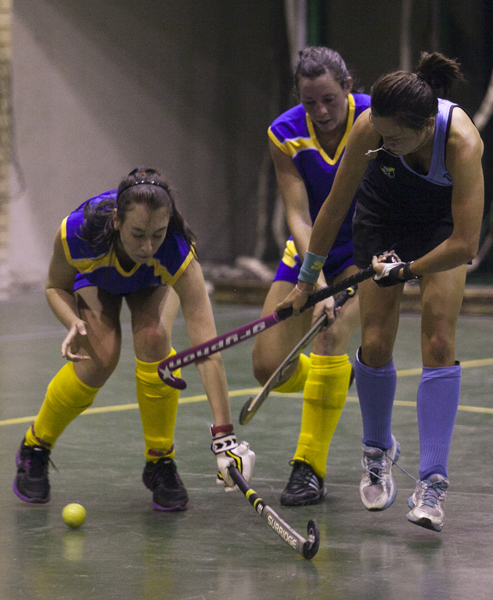 Witsie defneders Kirsti Morely Jepson (left) and Demi du Toit (Middle) tackle Roxanne Turner from Jeppe St Andrews